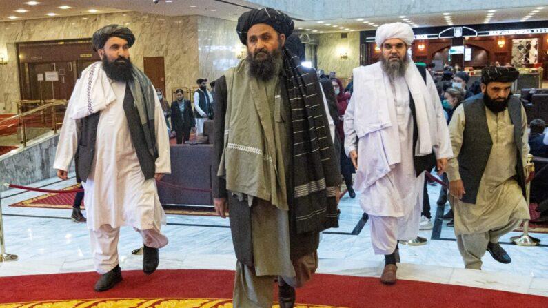 El mulá Abdul Ghani Baradar, líder adjunto y negociador de los talibanes, y otros miembros de la delegación, asisten a la conferencia de paz afgana en Moscú (Rusia) el 18 de marzo de 2021. (Alexander Zemlianichenko/Pool/AFP vía Getty Images)