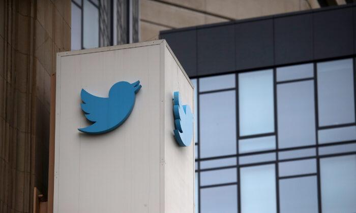 Un letrero aparece en el exterior de la sede de Twitter en San Francisco, California, el 26 de julio de 2018. (Justin Sullivan/Getty Images))