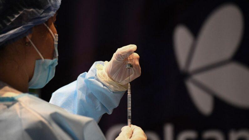 Una enfermera prepara una dosis de la vacuna CoronaVac -desarrollada por el laboratorio chino Sinovac- contra la enfermedad COVID-19, en Bogotá el 9 de marzo de 2021. (Juan Barreto/AFP vía Getty Images)