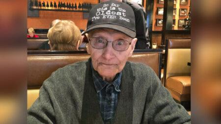 Restaurante familiar ofrece 100 comidas a veterano del ejército para celebrar su cumpleaños No. 100
