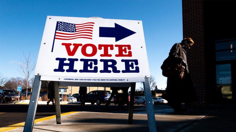 Un votante llega a un centro de votación en Minneapolis, Minnesota, el 3 de marzo de 2020. (Stephen Maturen/Getty Images)