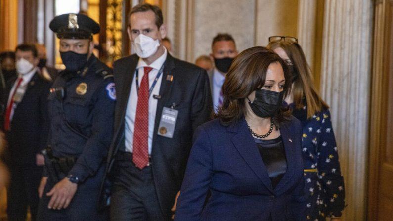 La vicepresidenta Kamala Harris abandona el Capitolio de los EE. UU. después de emitir un voto de desempate en el Senado en Washington el 4 de marzo de 2021. (Tasos Katopodis/Getty Images)