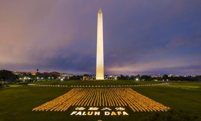 Los practicantes de Falun Gong participan en una vigilia con velas para conmemorar a los practicantes asesinados en China por sus creencias, en Washington, el 22 de junio de 2018. (Mark Zou/The Epoch Times)