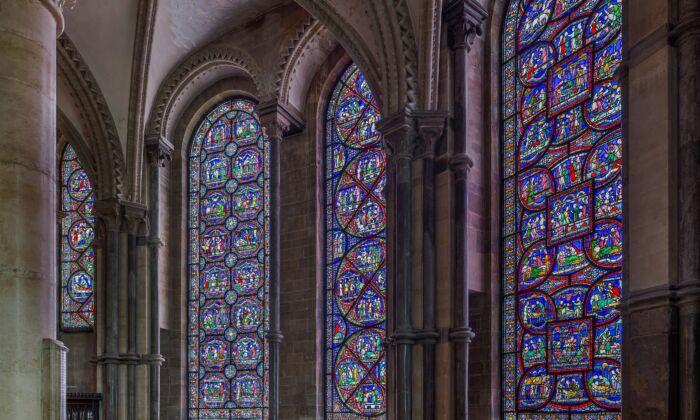 En el lado sur de la Capilla de la Trinidad de la Catedral de Canterbury, siete vidrieras representan las curaciones milagrosas que se dice que sucedieron en la tumba de Santo Tomás de Canterbury entre 1170 y 1220. (David Iliff/CC BY-SA 3.0)