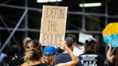 Manifestantes de BLM bloquean el tráfico en el puente de Brooklyn y se enfrentan con la policía