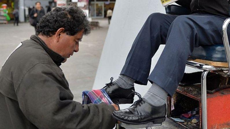 Imagen Ilustrativa de un bolero que limpia los zapatos de un cliente en Ciudad de México. (PEDRO PARDO/AFP vía Getty Images)
