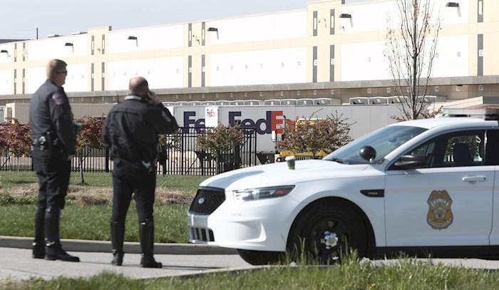 La Policía de Indianápolis vigila la entrada a una instalación de FedEx donde un hombre armado abrió fuego el jueves en la noche en Indianápolis, Indiana, EE. UU. EFE/EPA/MARK LYONS