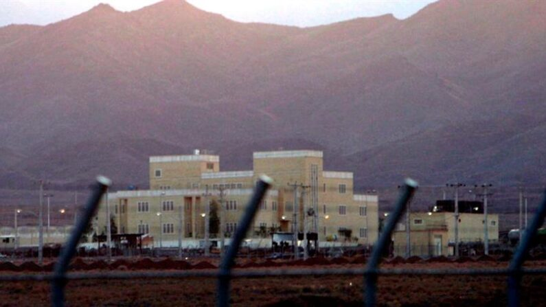 La detonación de un explosivo provocó el incidente eléctrico en la instalación nuclear de Natanz y no se ha reportado ningún ataque cibernético, confirmó este sábado 17 de abril de 2021 la televisión estatal de Irán. EFE/EPA/ABEDIN TAHERKENAREH/Archivo