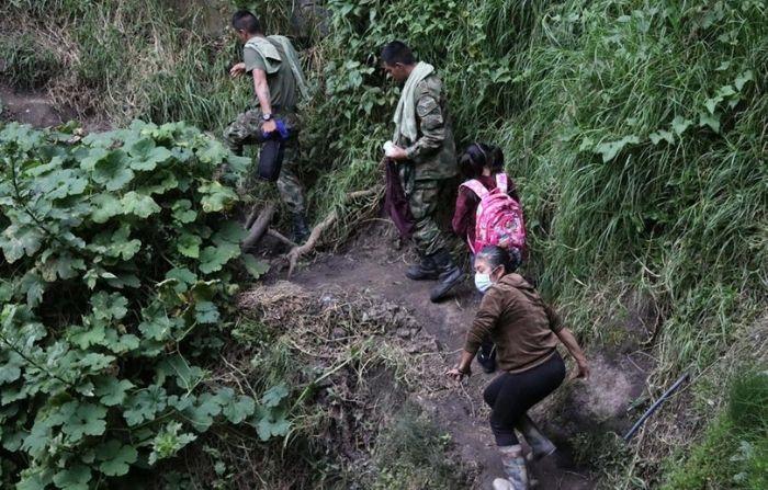 Valiente niña cruza todos los días barranco entre Ecuador y Colombia para poder tener clases en línea