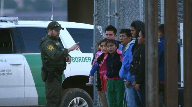 El primero de los grupos fue encontrado la mañana del lunes 19 de abril después que agentes de CBP respondieran a varios informes de un gran grupo que cruzó el fronterizo Río Grande. EFE/Rey R. Jauregui/Archivo