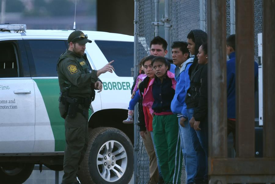 Agentes fronterizos hallan a tres grupos de más de 100 migrantes en Texas