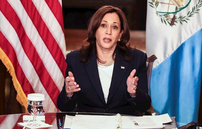 La vicepresidenta de EE. UU., Kamala Harris, habla durante una reunión virtual bilateral con el presidente de Guatemala, Alejandro Giammattei. EFE/EPA/Oliver Contreras