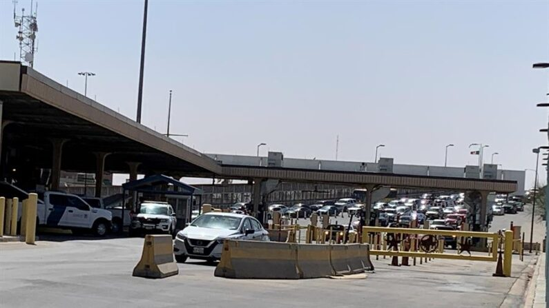 Fotografía donde se muestra a unos autos mientras hacen cola en el puente internacional Paso del Norte para entrar a la ciudad de El Paso, Texas (EE.UU.). EFE/Laura Barros/Archivo