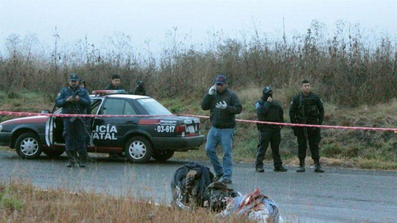 El choque armado entre dos carteles de la droga en una zona rural del occidental estado mexicano de Michoacán dejó un saldo de ocho presuntos sicarios muertos y decapitados, según informaron este viernes 2 de abril de 2021 autoridades locales. EFE/STR