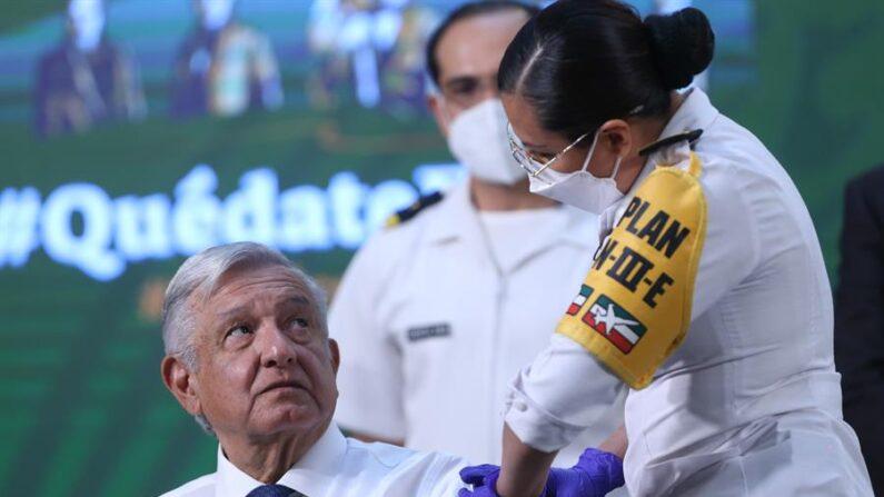 El presidente de México, Andrés Manuel López Obrador, recibe el 20 de abril de 2021 la primera dosis de la vacuna contra la covid-19, durante su rueda de prensa matutina en Palacio Nacional, en Ciudad de México (México). EFE/Sáshenka Gutiérrez