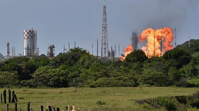 Fotografía de una explosión el 20 de abril de 2021, en una línea de gas de Petróleos Mexicanos (PEMEX), en la zona industrial de Coatzacoalcos, en el estado de Veracruz (México). EFE/ Angel Hernández