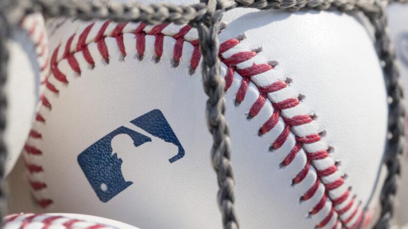 Una pelota de béisbol con el logo de la MLB en Citizens Bank Park antes de un juego entre los Nacionales de Washington y los Filis de Filadelfia en Filadelfia, Pensilvania, el 28 de junio de 2018. (Mitchell Leff/Getty Images)