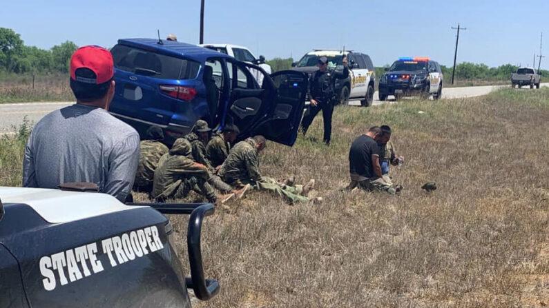 Siete extranjeros ilegales y un conductor fueron detenidos en el condado de La Salle, Texas, el 24 de abril de 2021. (Oficina del Sheriff del condado de La Salle)