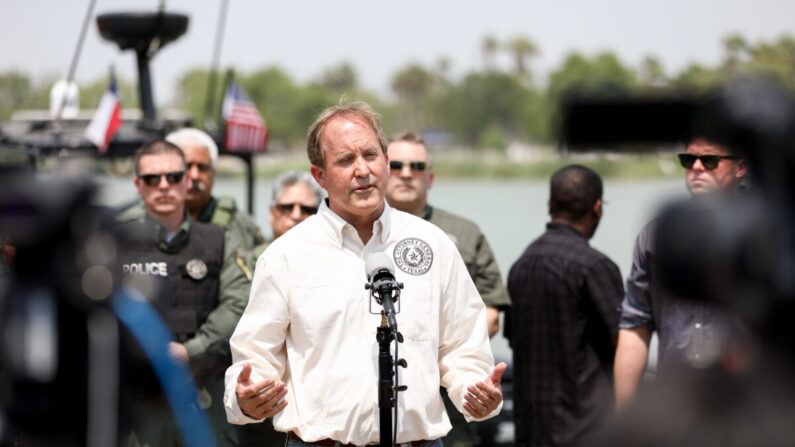El fiscal general de Texas, Ken Paxton, en una conferencia de prensa en el parque Anzalduas cerca de McAllen, Texas, el 28 de abril de 2021. (Charlotte Cuthbertson/The Epoch Times)