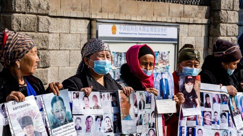 Un grupo de manifestantes exigen un pasaje seguro a casa para sus familiares, que están desaparecidos, encarcelados o atrapados en la región china de Xinjiang frente al consulado chino en Almaty, Kazajstán, el 9 de marzo de 2021. (Abduaziz Madyarov/AFP vía Getty Images)