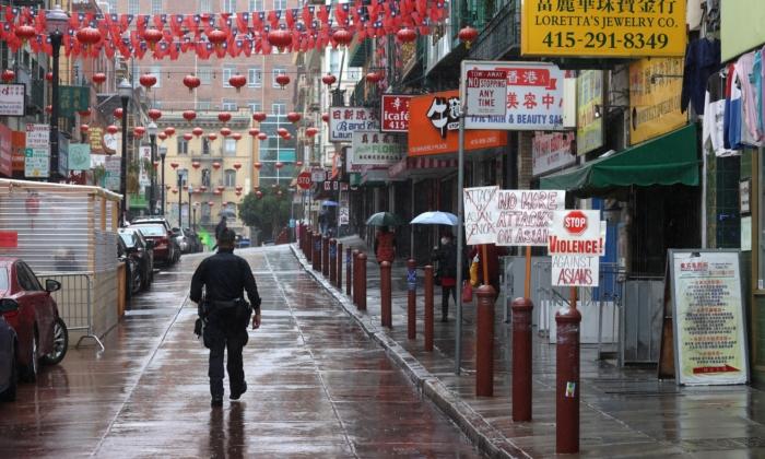 Un oficial de policía recorriendo una calle del barrio chino (Chinatown), en San Francisco, el 18 de marzo de 2021. (Justin Sullivan/Getty Images)
