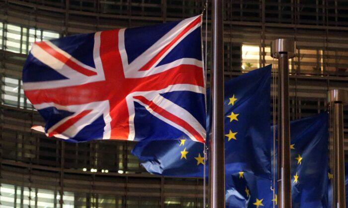 Una Union Jack y banderas de la UE ondeando frente al edificio Berlaymont, sede de la Comisión Europea, el 9 de diciembre de 2020. (Francois Walschaerts/AFP vía Getty Images)