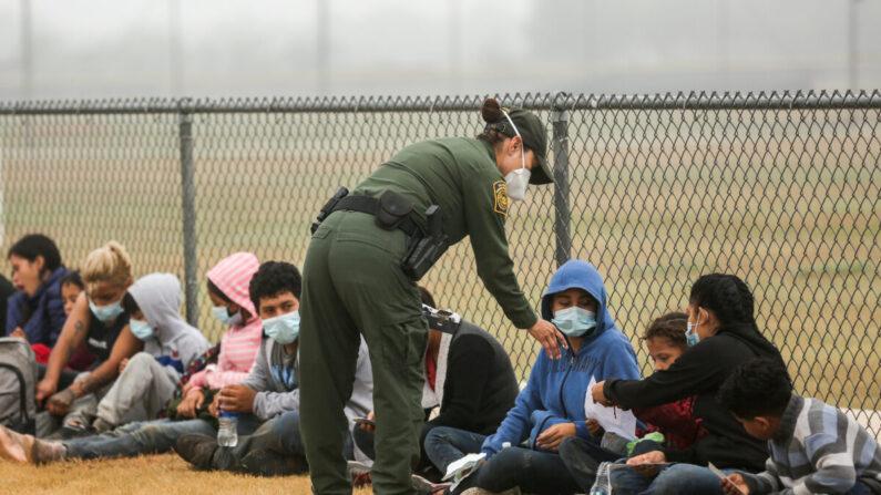 Un grupo de inmigrantes ilegales es procesado por la Patrulla Fronteriza tras cruzar la frontera entre Estados Unidos y México en La Joya, Texas, el 10 de abril de 2021. (Charlotte Cuthbertson/The Epoch Times)