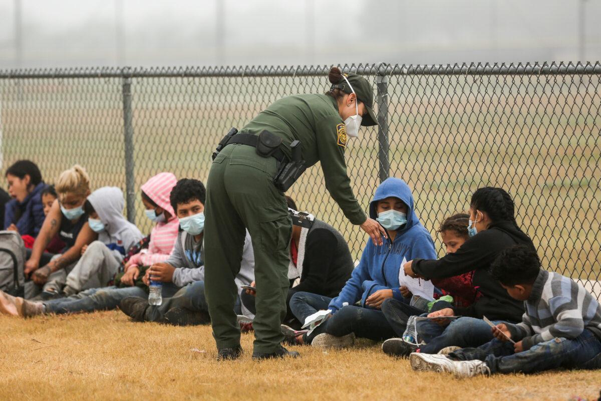 Texas demanda a Administración Biden por presunto incumplimiento de normas del COVID en la frontera