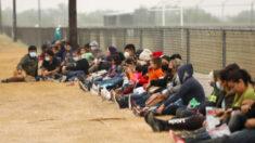 """Administración Biden cierra centro de migrantes en Texas por presuntas condiciones """"insoportables"""""""