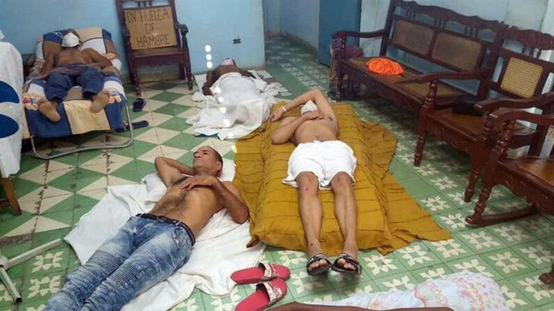 Fotografía cedida el 1 de abril de 2021 por el Partido del Pueblo (PDP) donde aparecen varios cubanos acostados sobre colchones y sábanas durante una huelga de hambre, en la sede de la Unión Patriótica de Cuba (Unpacu) en Santiago de Cuba (Cuba). EFE/ Partido del Pueblo