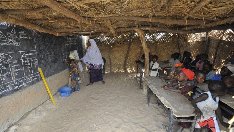 Alumnos asisten a una clase en una escuela primaria de Kongome, Níger, el 28 de abril de 2010. (Sia Kambou/AFP vía Getty Images)