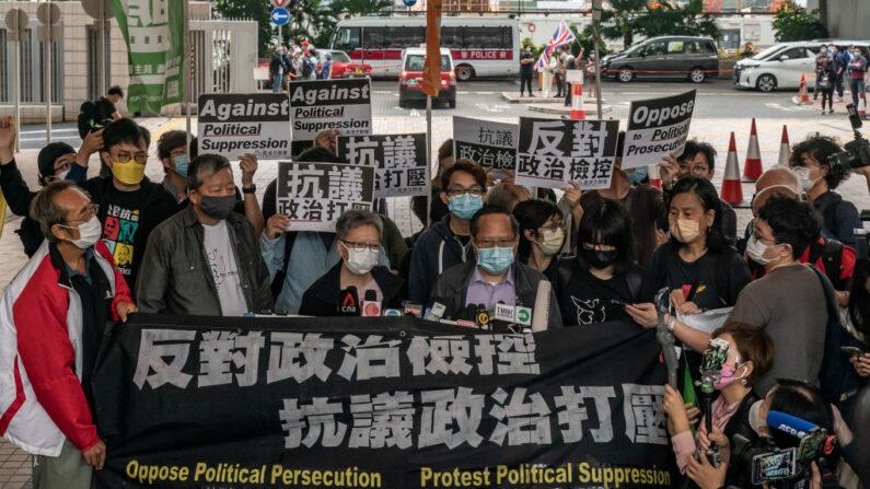 El activista prodemocracia y exlegislador Lee Cheuk-yan y Cyd Ho gritan consignas en el tribunal de West Kowloon antes de una audiencia de sentencia el 16 de abril de 2021 en Hong Kong. (Anthony Kwan/Getty Images)