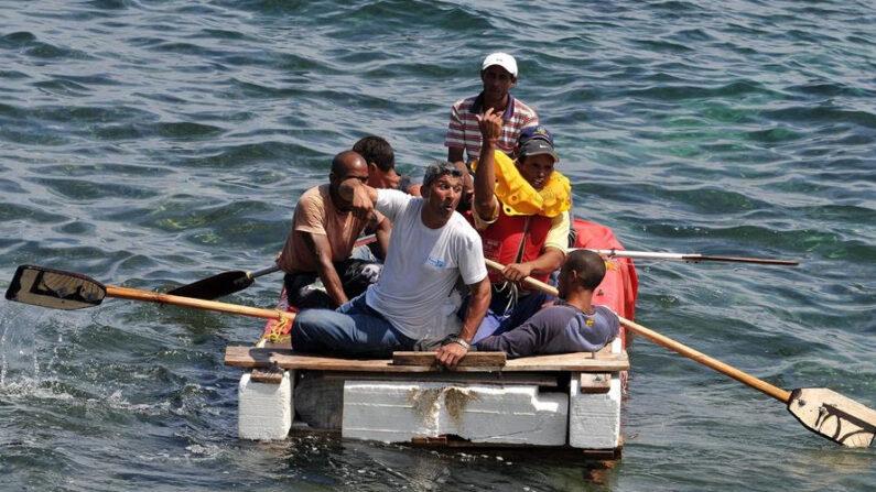 Un grupo de cubanos a bordo de una embarcación rústica intenta salir por mar hacia Estados Unidos. EFE/Alejandro Ernesto/Archivo
