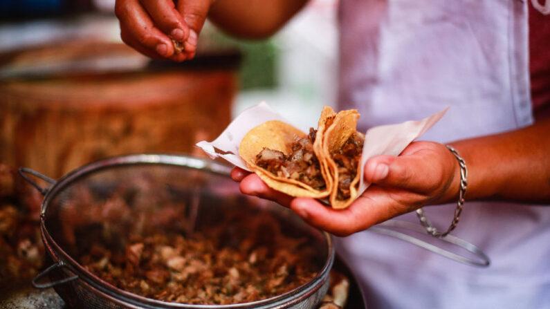 """En la imagen, una persona prepara tacos en el stand de """"El Jarocho"""" en la Avenida Insurgentes el 17 de abril de 2020 en la Ciudad de México, México. (Manuel Velasquez / Getty Images)"""
