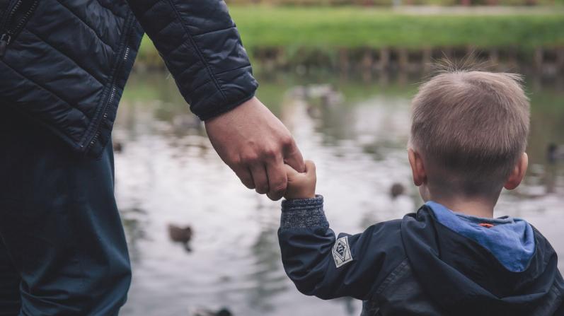 Empleados donan 3300 horas extras a un compañero viudo que tiene un hijo con leucemia