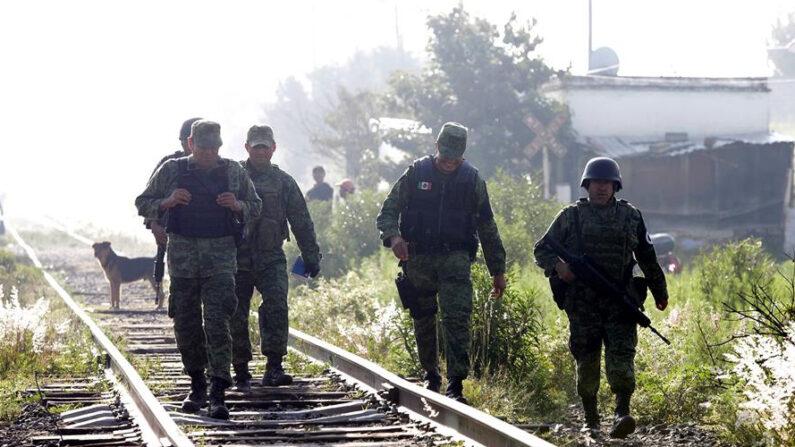 De acuerdo con información proporcionada por la policía municipal del municipio, la agresión ocurrió a las 08:20 horas (13.20 GMT), cuando los cinco migrantes hondureños caminaban sobre las vías del tren y fueron sorprendidos por dos presuntos delincuentes a bordo de una motocicleta. EFE/Hilda Ríos/Archivo