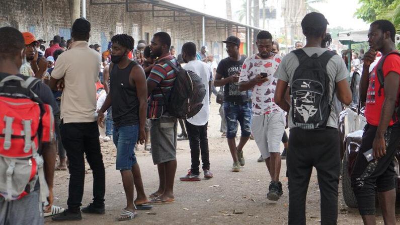 Migrantes deambulan en las cercanías de un albergue, el 21 de abril de 2021 en la ciudad de Tapachula, estado de Chiapas (México). EFE/Juan Manuel Blanco