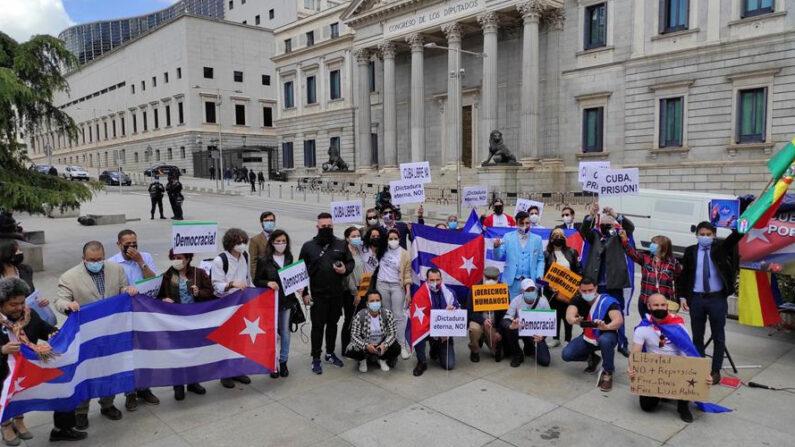 Miembros de varias organizaciones civiles y políticas opositoras a la dictadura cubana ser reunieron este martes frente al Congreso de los Diputados de Madrid, invitados por la Portavocía de Exteriores del Partido Popular y apoyadas por Vox, con el objetivo de visibilizar la realidad del país y de la sociedad civil cubana disidente en España. EFE/Pablo Zorrilla