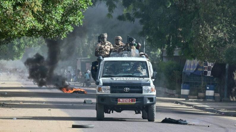 Policías de Chad patrullan en un vehículo durante los enfrentamientos con manifestantes de la oposición en Yamena el 27 de abril de 2021. (Issouf Sanogo/AFP vía Getty Images)