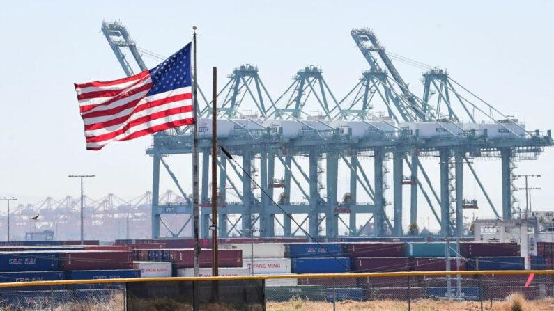 Los contenedores se ven apilados en el Puerto de Los Ángeles, California, el 19 de abril de 2021. (Frederic J. Brown/AFP vía Getty Images)