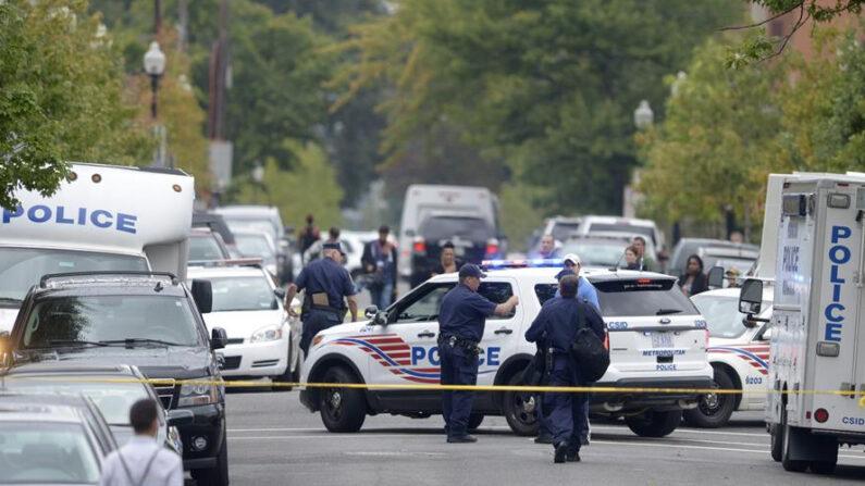 Policías patrullan el lugar de un tiroteo en las instalaciones de la Marina en Washington DC (EE.UU.). EFE/SHAWN THEW/Archivo
