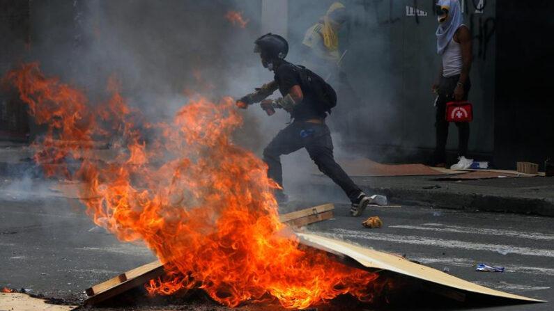 Manifestantes fueron registrados este miércoles 28 de abril de 2021, durante las protestas contra la reforma tributaria convocadas por las centrales obreras, en Cali (Colombia). EFE/Ernesto Guzmán