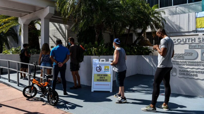 La gente hace cola para recibir la vacuna contra covid-19 de Johnson & Johnson en un centro de vacunación emergente en Miami Beach, Florida (EE.UU.), el 8 de abril de 2021. (Chandan Khanna/AFP vía Getty Images)