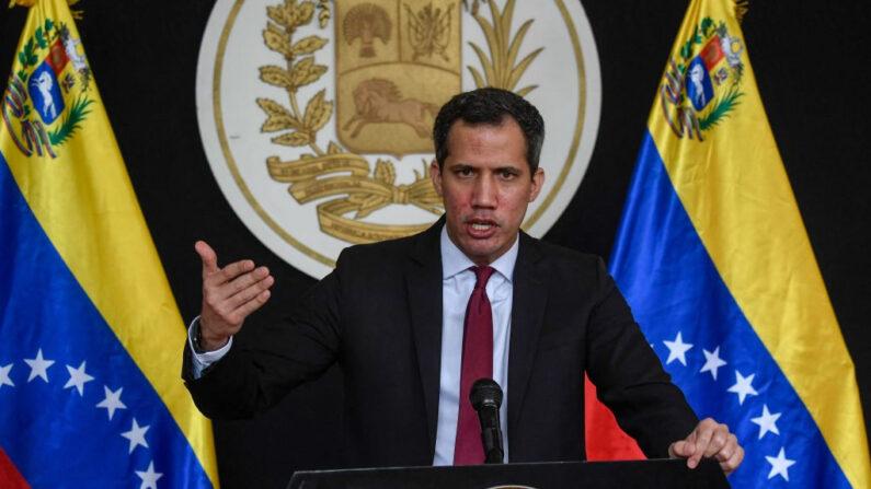 El presidente encargado de Venezuela, Juan Guaido, gesticula mientras habla durante una rueda de prensa en el barrio de Prados del Este, Caracas (Venezuela), el 29 de abril de 2021. (Federico Parra / AFP / Getty Images)