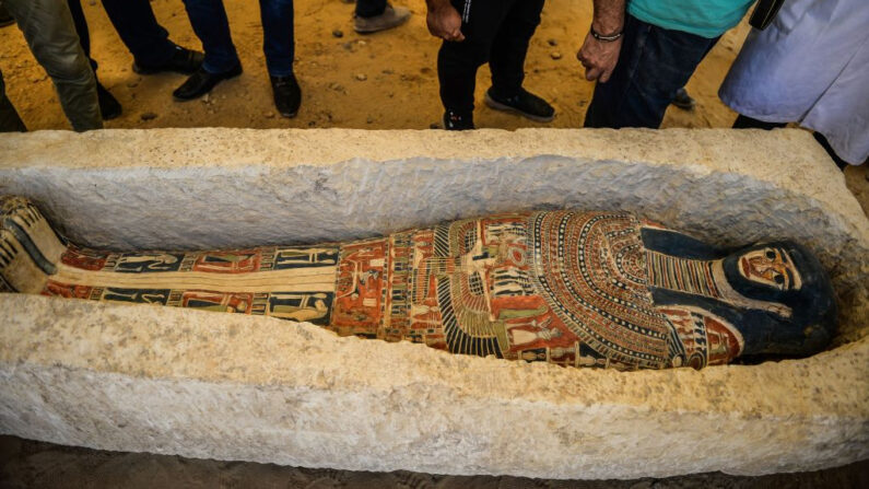 En la foto de archivo, un sarcófago, parte de un descubrimiento realizado a casi 300 metros al sur de la pirámide del rey Amenemhat II en la necrópolis de Dahshur, se expone cerca de la pirámide de Bent, a unos 40 km (25 millas) al sur de la capital egipcia, El Cairo, el 13 de julio de 2019. (Mohamed El-Shahed/AFP vía Getty Images)