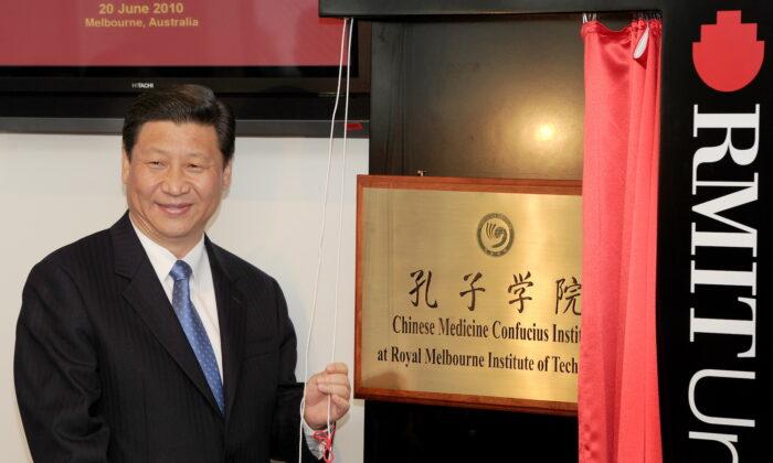 El entonces vicepresidente chino, Xi Jinping, revela una placa en la inauguración del primer Instituto Confucio de Medicina China de Australia, en la Universidad RMIT, en Melbourne, el 20 de junio de 2010. (William West/AFP a través de Getty Images)