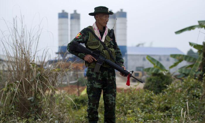 Un miliciano armado de Pan Say asegura un puente en Muse, en el estado de Shan, la principal puerta de Birmania a China, el 12 de enero de 2019. (Ye Aung Thu/AFP vía Getty Images)