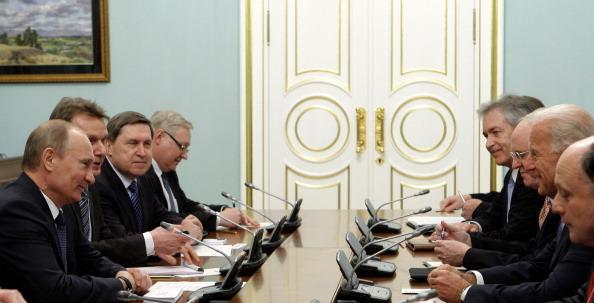 El presidente ruso, Vladimir Putin (Izq.), y el entonces vicepresidente de EE. UU., Joe Biden (2º a la derecha), se reúnen el 10 de marzo de 2011, con sus delegaciones en Moscú. (AFP photo/RIA-NOVOSTI POOL/Alexey Druzhinin/AFP a través de Getty Images)