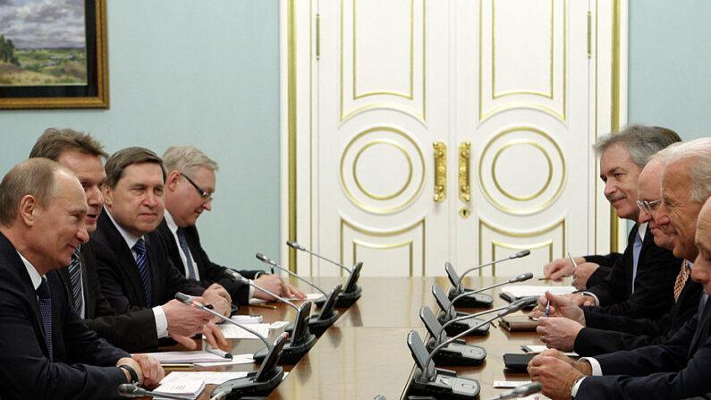 El presidente ruso, Vladimir Putin (izq.), y el entonces vicepresidente de EE. UU., Joe Biden (2º dcha.), se reúnen el 10 de marzo de 2011, con sus delegaciones en Moscú. (AFP photo/RIA-NOVOSTI POOL/Alexey Druzhinin/AFP a través de Getty Images)