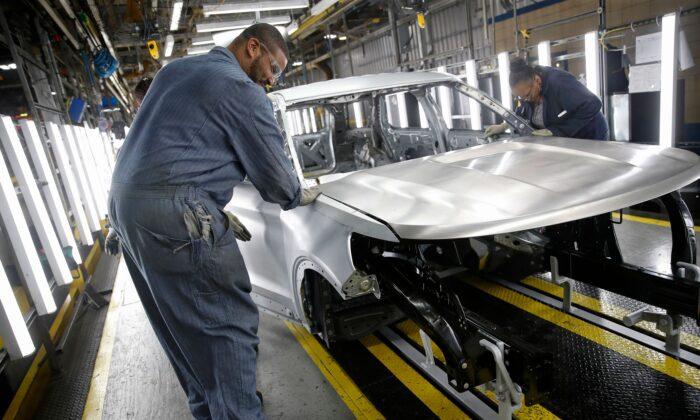 Trabajadores ensamblan automóviles en una planta de Ford, en Chicago, el 24 de junio de 2019. (JIM YOUNG/AFP a través de Getty Images)